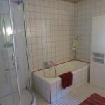 Dusche und Badwanne